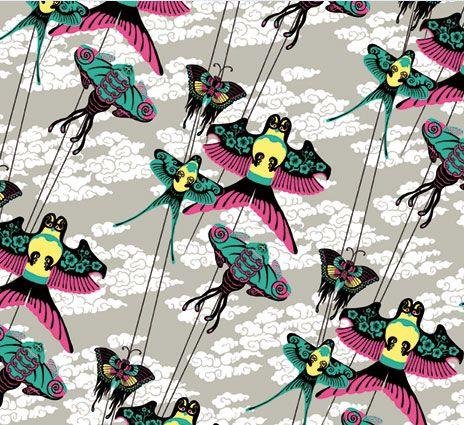 Vol de cerfs-volants sur ciel gris