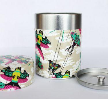 Nouvelle boîte à thé cerfs-volants sur ciel gris